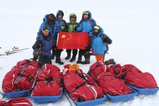 华耐登山队北极极点合影