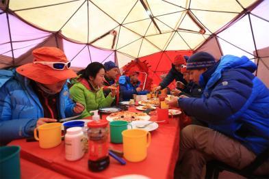 在大本营休整第一天,大家在午餐,外面大暴风雪,11,29